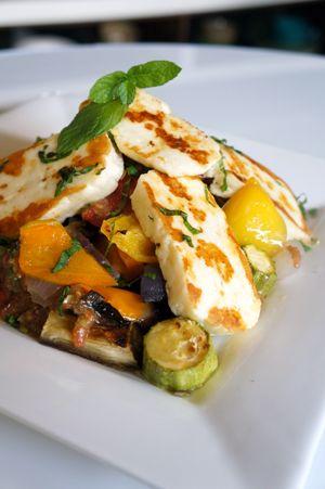 Ψητό χαλούμι & λαχανικά και πικάντικο ντρέσσινγκ ντομάτας