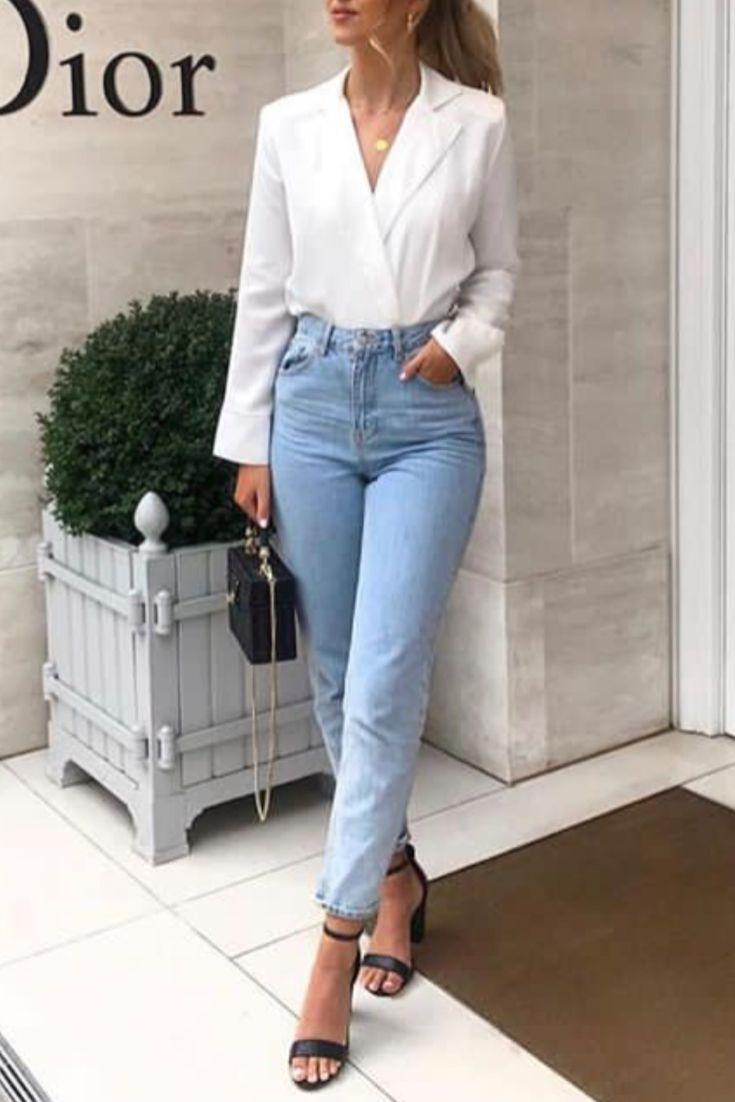 Mode femme tenue chic avec un jean clair, une chemise blanche et des sandales à…