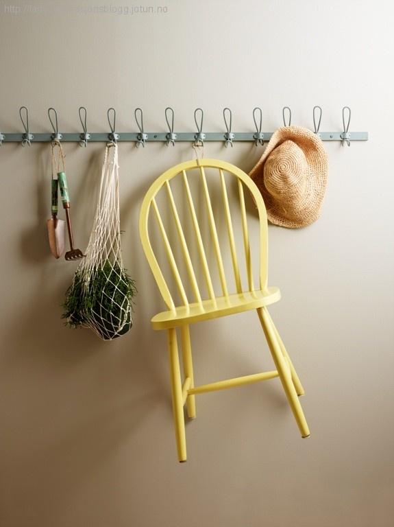 Noe så enkelt som en pinnestol kan bli et blikkfang. Vi byr på en knallgul en sådan…    Vi syntes den ble så fin at den fortjente en plass på veggen!! Stolen er malt med Lady Supreme Finish superblank 10235 Sommergul. Veggen bak er malt med Lady Pure Color supermatt i fargen 10341 Kalkgrå.
