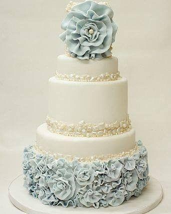 Para deixar seu bolo ainda mais a cara do seu casamento aposte em decorações da cor da paleta escolhida.