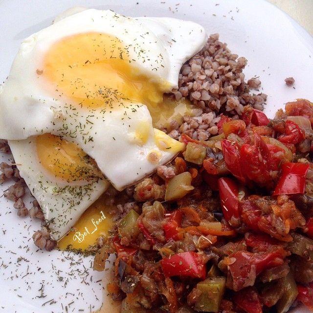 Обед=У меня второй завтрак или первый обед пофигу скоро на треню, поэтому гречка , яйца и овощное рагу . Идеально перед тренировкой!!! Сложные углеводы + белок + овощи ))