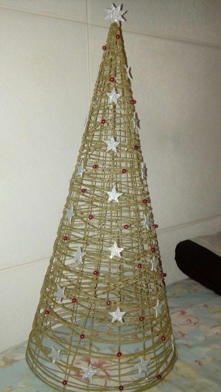 Arbol navidad lana con adornos en goma eva y bolitas