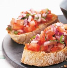 Montadito con tomate y albahaca