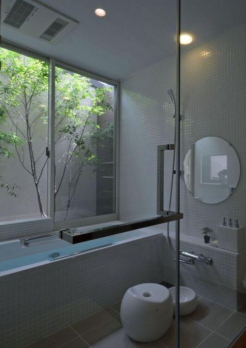 バス/トイレ事例:白いタイルのバスルーム(若葉いろの家)