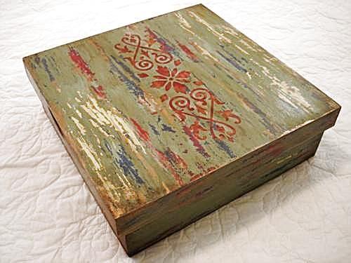Caixa com técnica da policromia pátina barroca mineira envelhecida e com douração....