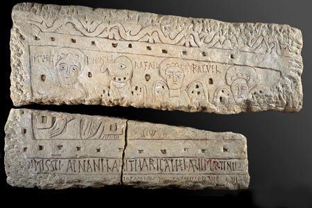 Hypogée des Dunes: Panneau montrant les symboles des 2 évangélistes st Matthieu et st Jean, ainsi que les archanges Raphaël et Raguël. Au bas du panneau, les noms LAURITUS, VARIGATUS, HILAIRE et MARTIN. - 2) DESC. g) AUTRES INSTAL, 6: Ils sont fermés par 2 grandes plaques trapézoïdales remployées au sculptures gravées. Sur l'une d'elle apparaissent les symboles des 2 évangélistes Matthieu et Jean et les 2 archanges Raphaël et Raguël.