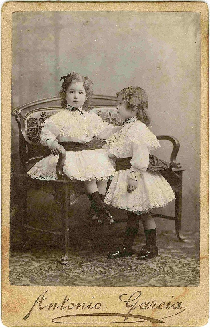 [Retrato de dos niñas en un sillón] (S.a.) - García, Antonio, 1841-1918