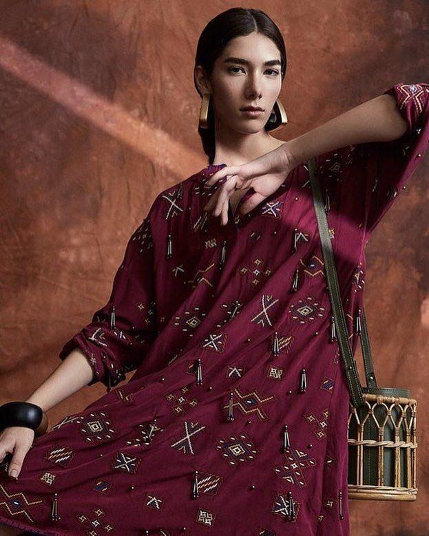 Depois de unirem forças no final de 2016 para lançar sua primeira collab @betinadeluca e a @waiwai.rio apresentam agora uma nova coleção de acessórios e roupas. Desta vez a inspiração é o Marrocos cujas tradicionais vestimentas e adereços foram transformados em caftãs túnicas e nas famosas bolsas de fibras naturais da marca carioca. Saiba mais no link da bio. #moda  via VOGUE BRASIL MAGAZINE OFFICIAL INSTAGRAM - Fashion Campaigns  Haute Couture  Advertising  Editorial Photography  Magazine…