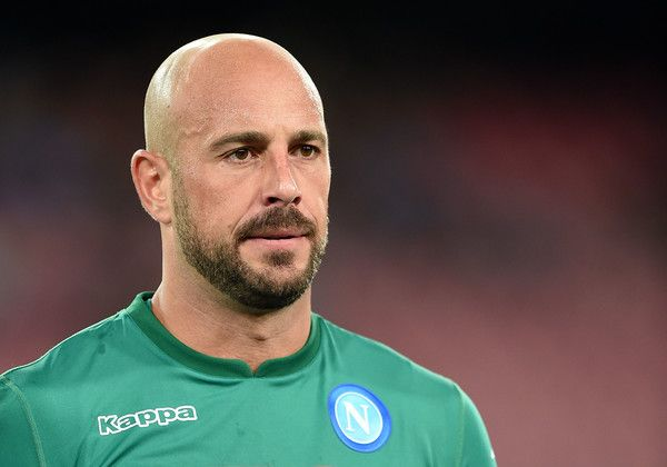 Pepe Reina Photos - Pepe Reina of SSC Napoli in action during the Serie A match between SSC Napoli and Atalanta BC at Stadio San Paolo on August 27, 2017 in Naples, Italy. - SSC Napoli v Atalanta BC - Serie A