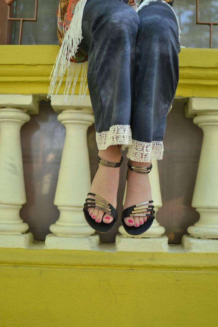 Sandalia plana con aplicaciones doradas