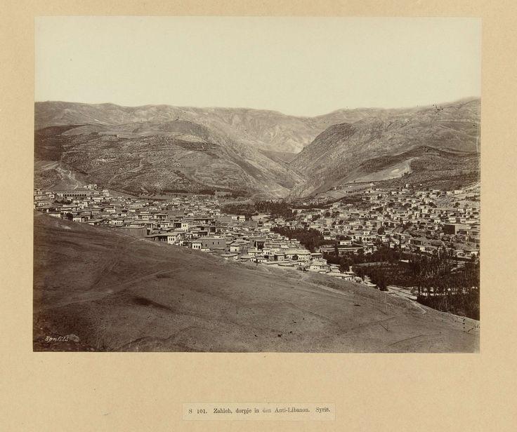| S 101. Zahleh, dorpje in den Anti-Libanon. Syrië., c. 1867 - c. 1876 | Portret van twee totaal gesluierde vrouwen. De foto is onderdeel van de door Richard Polak verzamelde fotoserie van Syrië.
