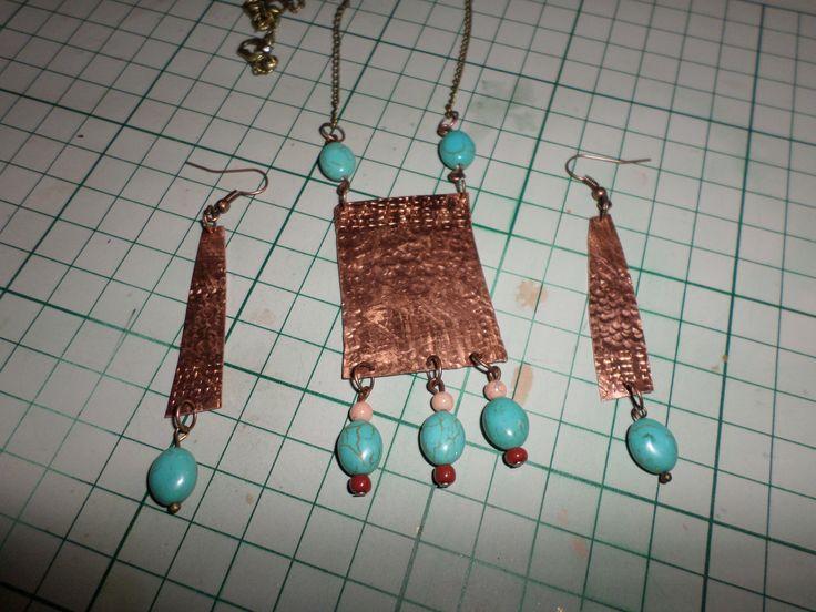 Κολιέ και σκουλαρίκια από σφυρήλατο χαλκό και χάντρες....