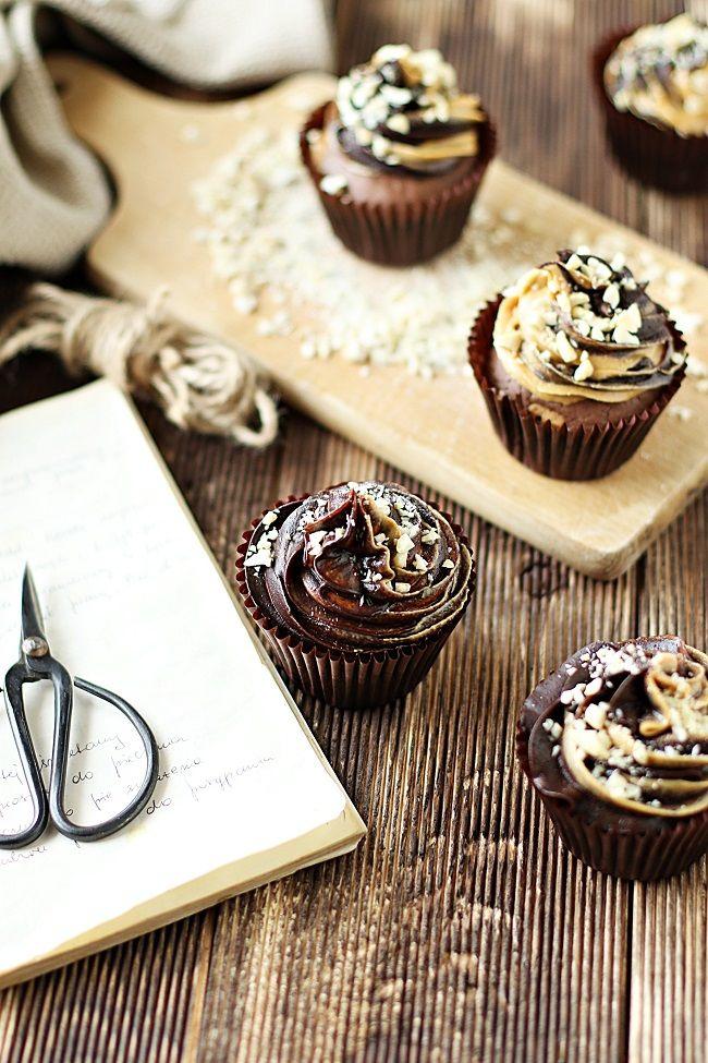 Słodkie inspiracje: Babeczki brownies z masłem orzechowym i dwukolorowym kremem