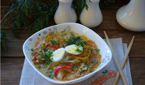 Куриный суп с лапшой - как приготовить азиатское блюдо. Ингредиенты: куриное филе, китайская лапша, лук-порей, соевый соус, морковь, перцы и специи.