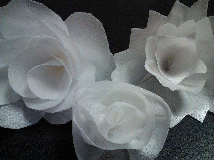 Wafer paper - learn how! How to create wafer paper flowers! http://www.rozsweetartstudio.com/ro-z-s-sweet-art-studio-classes-workshops/specialty-classes-topsy-turvy-carved-wafer-paper-isomalt/