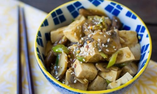 Eccovi la ricetta del tofu saltato con funghi e salsa all'aglio e zenzero, una ricetta molto gustosa e particolarmente adatta ai vegetariani e vegani