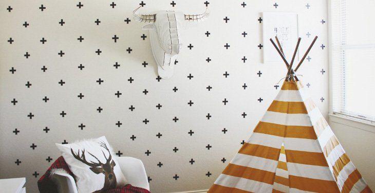 Cinta adhesiva negra en la pared formando cruces