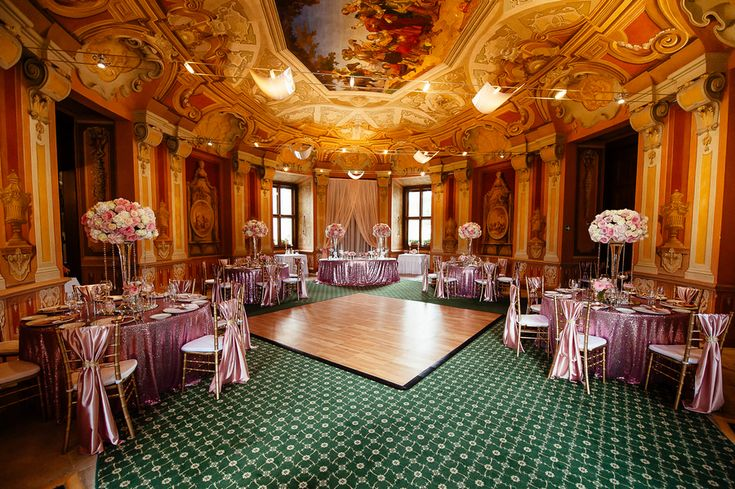 Chateau Liblice.Свадьба в Чехии. Свадебный фотограф в Чехии: свадебный декор, розовый, украшение банкета, розовые скатерти, цветочные композиции, кристаллы