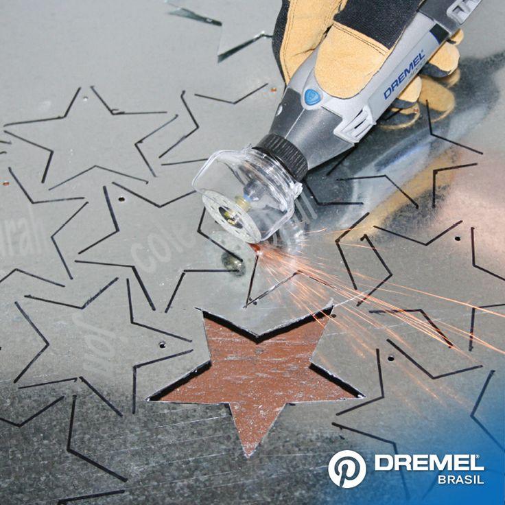 3° Passo : Agora você está pronto para cortar os enfeites. Utilizar o disco de corte para metal EZ406 para cortar as estrelas e utilize o acoplamento Capa de proteção A550, porque ao cortar o metal pode gerar muitas faíscas.