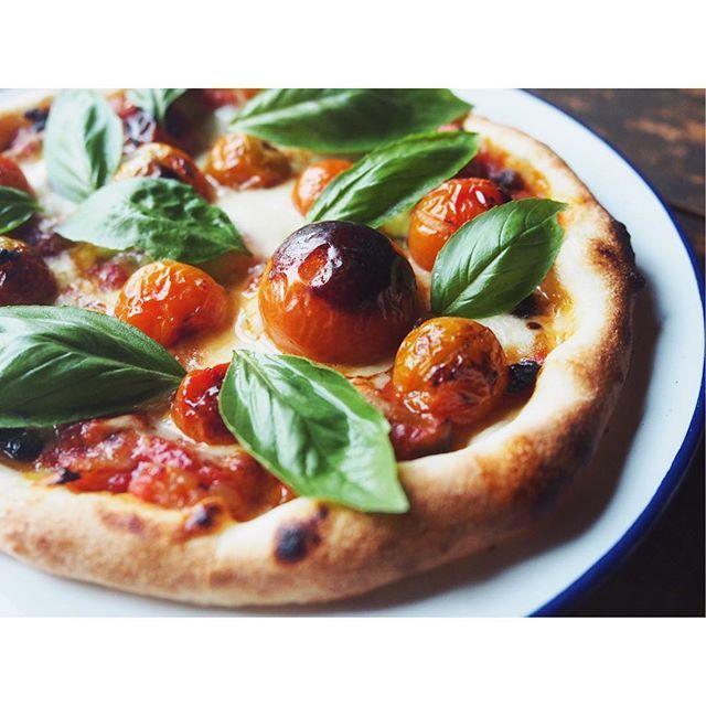 fujifab12 on Instagram pinned by myThings こちらも 素材!!!!というpizza  生地はフランスパン系のリーンな感じ。オリーブオイル入れてますが。  整い過ぎているものより 不均衡、雑、素朴な感じが好きです。  噛めば噛むほど味が出るような スルメのような女になりたい。#結論それな  #ピザ#ピッツァマルゲリータ#マルゲリータ#トマト#バジル#ゴーダ#モッツァレラ#チーズ#おうちごはん#手作りピザ#pizzaMargherita #ランチ#lunch#お昼ごはん#pizza#tomato#basil#cheese#mozzarella #Gouda#falconenamelware#foodpic #feedfeed#ピザ部##