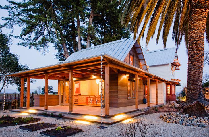 Терраса у столовой под навесом имеет столешницу и раковину для мытья овощей на пути из сада и для вечеринок.  (архитектура,дизайн,экстерьер,интерьер,дизайн интерьера,мебель,энергосбережение,экология,теплоизоляция,утепление,викторианский,викториански дом,викторианский интерьер,викторианский стиль,термомодернизация,на открытом воздухе,патио,балкон,терраса,мебель для террасы,фото террасы,идеи террасы,оформление террасы,гриль,барбекю,фасад) .