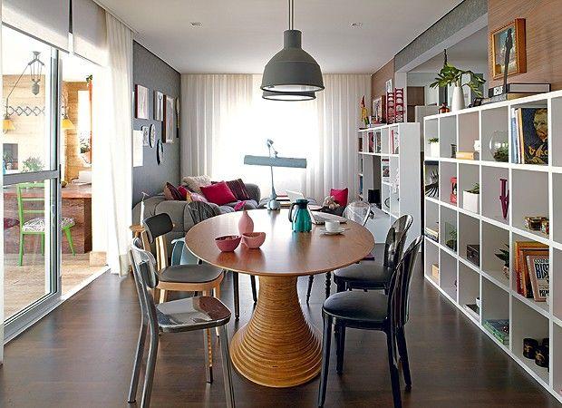 No espaço de jantar, a mesa oval de Fernando Jaeger ganhou cadeiras de modelos diferentes. Devido ao modelo, sobra espaço nas laterais, dand...