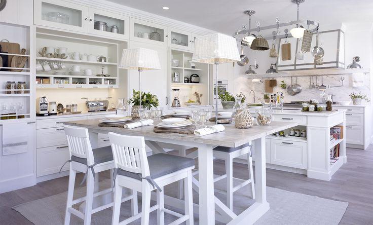 Cocina con comedor. La isla alberga la zona de aguas y al fondo, la de cocción.   #Cocina #Kitchen #Comedor #DiningRoom #Isla #Island  #CasaDecor #CasaDecorMadrid