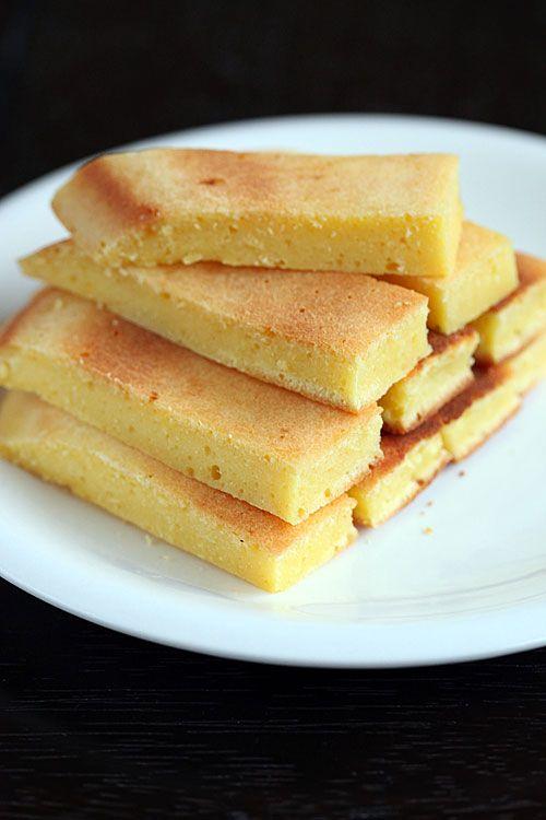 Eierkoek  La quasi non ricetta: sbattere due uova con due cucchiai abbondanti di zucchero semolato, finché il coposto non sia bello omogeneo e spumoso. Aggiungere 6 cucchiai abbondanti di farina, mescolare e versare qb di latte fino a ottenere una pastella densa (più densa di quella delle crepes, ma pur sempre una pastella, senza grumi). A fuoco bassissimo (sul gaz che usereste per la moka, a fiamma minima), in una padella media, far sciogliere un cucchiaio di burro, poi versare la pastella,