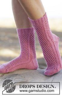 """Gebreide DROPS sokken met kantpatroon en kabels van """"Fabel"""". Maat 35-44. ~ DROPS Design"""