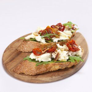 Bruscetta med frisk mozzarella, tomater og pinjekerner opskrift