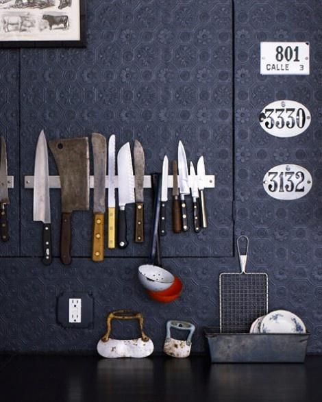 Loft, cocina con papel labrado y cuchillos sostenidos por imán