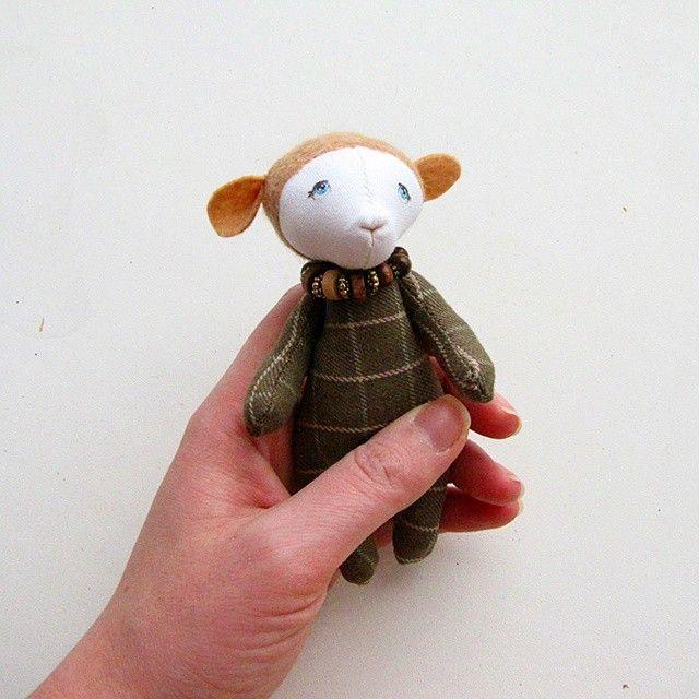 Бяшка. Хлопковая ткань, шерсть, синтепух. Уже при хозяевах. #игрушка #баран #мишка #миниатюра #ручнаяработа #handmade #toy #toyhandmade