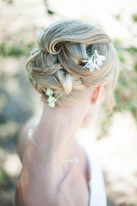Bröllopsfrisyr vita blommor.