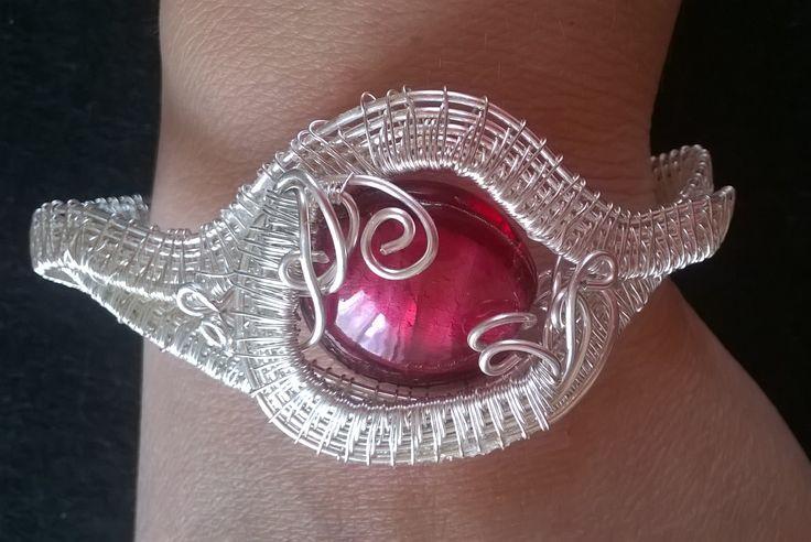 Bracciale in wire con pietra rossa in vetro veneziano