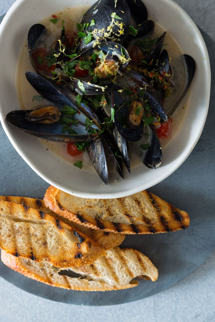 A recipe for White Wine Steamed Mussels.