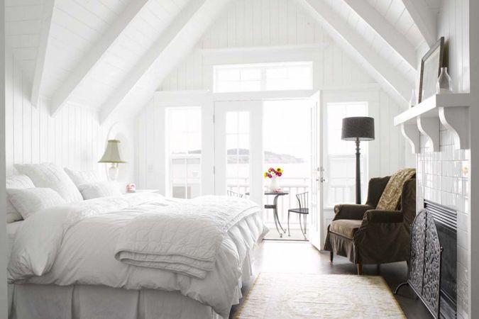Witte luxekamer op zolder - lichte kleurtinten