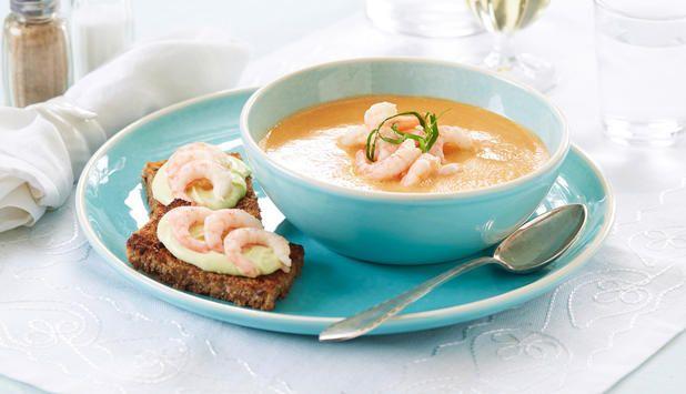 Skalldyrsuppe kokt på kraft av rekeskall gir en ekte god skalldyrsmak. Ta deg tid og kok kraften den tiden den skal ha. Dette er en suppe til fest.