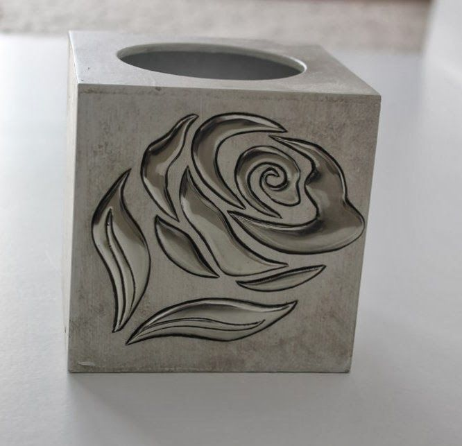 rose tissue box..simple elegance Ik denk dat je de glanzende bloem wel van chipsverpakkingen kan maken..