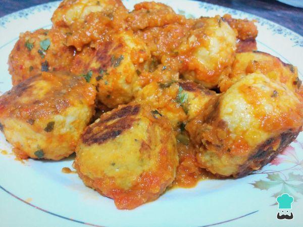 Aprende a preparar albóndigas de pollo sanas - ¡Con salsa de tomate natural! con esta rica y fácil receta. Si lo que estás buscando es saber cómo hacer albóndigas de...