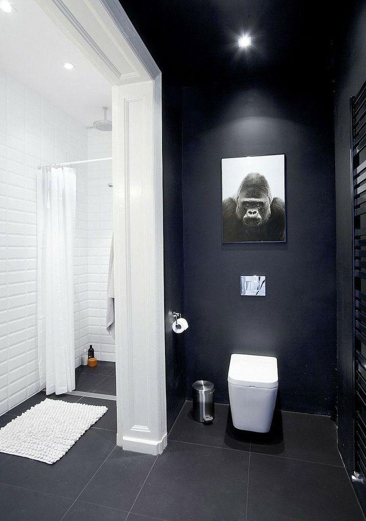 duo classique dans la salle de bains - mur d'accent noir et carrelage mural métro en blanc