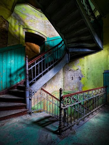 Colours of decay, by Alt_Gr.