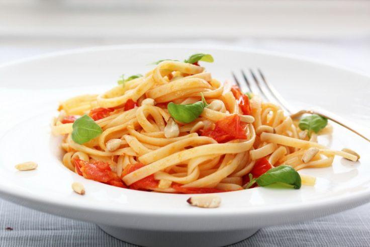 Pasta med tomat, chili og basilikum