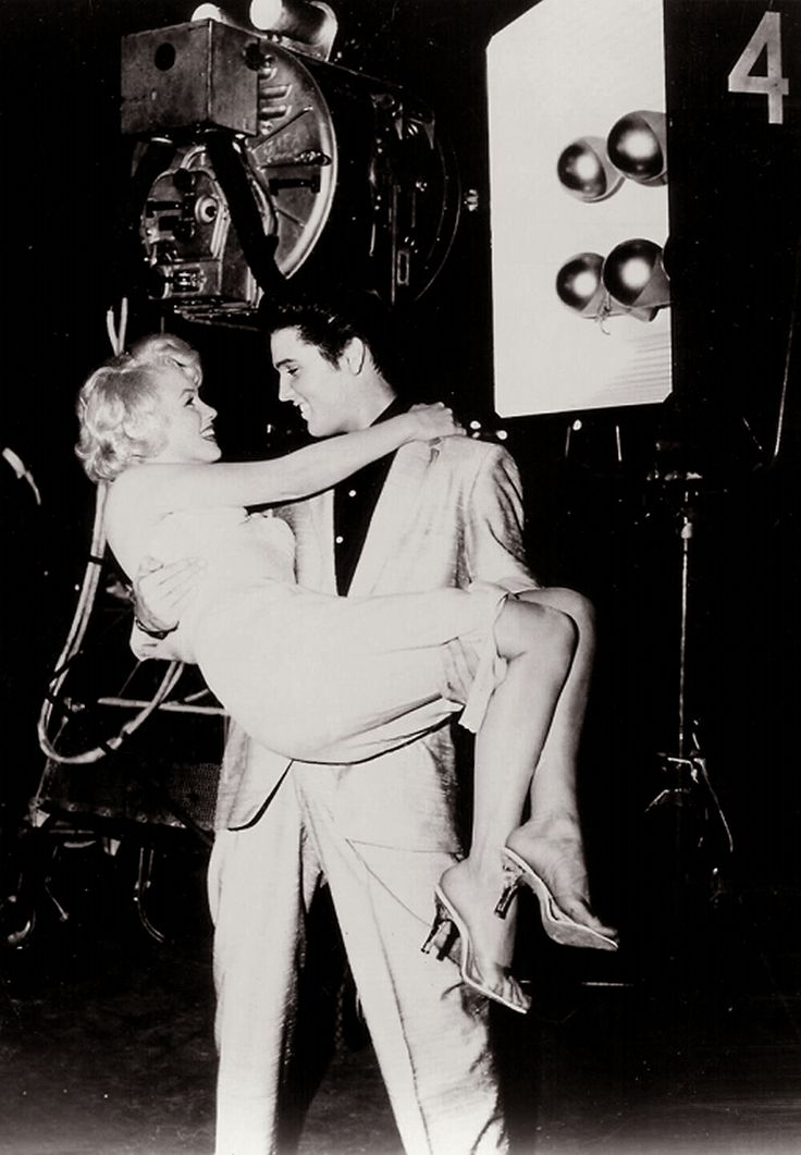 Marilyn Monroe - Elvis Presley This is the cutest thing I've ever seen (but it's fake, they've never met)