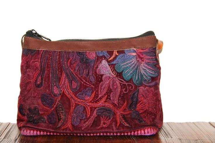 Adorablesac brodé à de couleur rose, violet, vert fait de cuir et finement brodé. Un sac