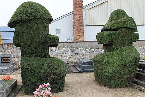 Il giardiniere del cimitero . Arte topiaria.