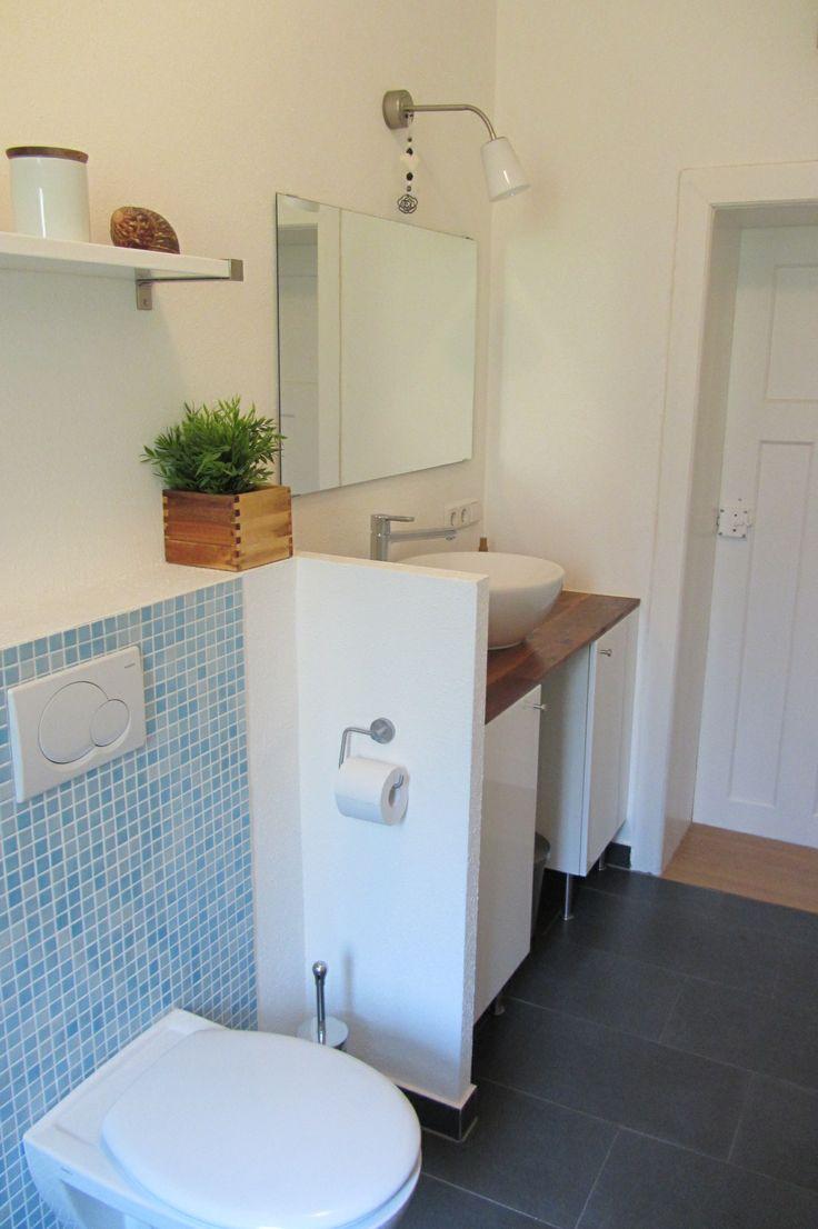 Helles Duschbad mit modernen Sanitärobjekten und ansprechenden Fliesen. Ausgestattet mit Badmöbeln und einem Handtuchheizkörper.