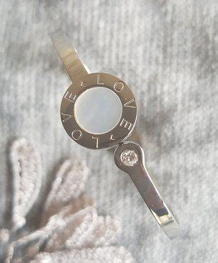 Mooie, stainless steel, armband voorzien van een reksysteem. Romantisch juweel met een ingelegd strass steentje en (hoe kan het ook anders) de tekst 'love' erin gegraveerd. Het parelmoer plaatje in het midden zorgt voor een prachtig effect in het juiste licht. Verkrijgbaar voor €17.95 op www.be-fashionedbyjenniliscious.be