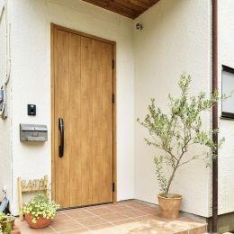 S邸・「解放感!」吹き抜けのある家の部屋 木製ドアが映える玄関ポーチ