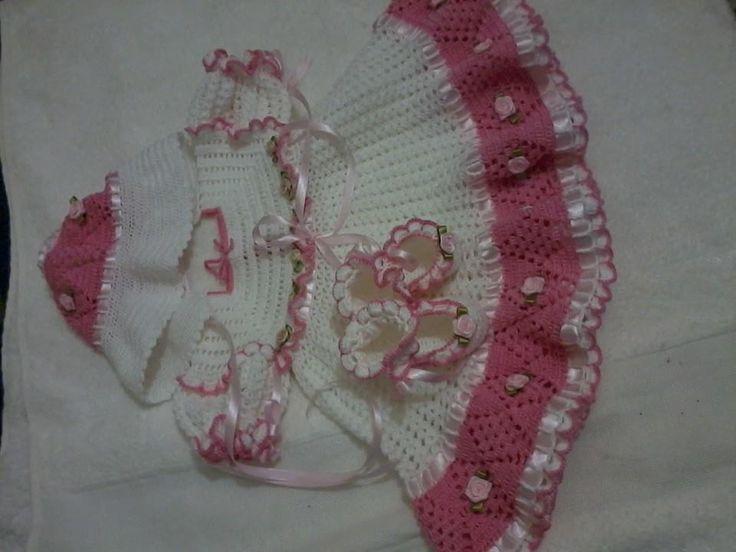 Conjunto infantil em crochê. vestido, chapéu estilo retrô e sapatilha.. decorado com rosinhas de cetim, fitas e botões de pérolas.