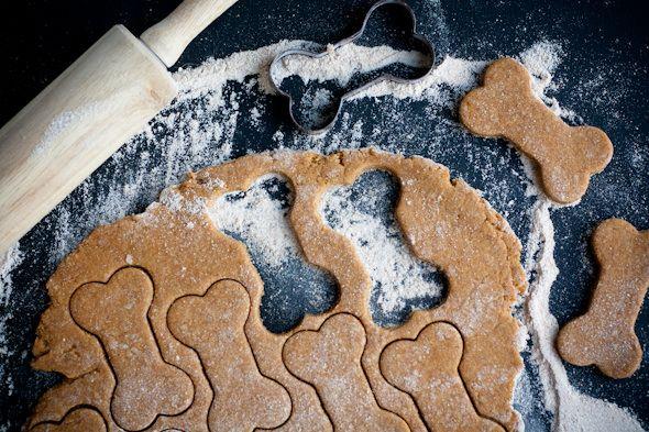 Estupenda y económica receta de galletas caseras para perros, un snack saludable para tu mascota